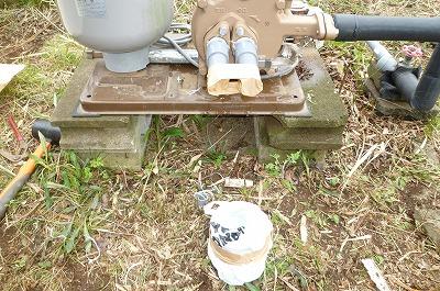 ゴミや虫が入らない様にポンプ本体側と井戸配管側の穴をふさいどきました