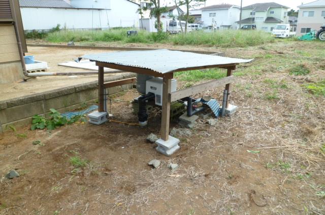 トタン波板も、折れ曲がってしまいましたが、何とか使えます。 柱もバラバラになっていたのを、ビス多めで固定しました。