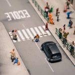 自動車が横断歩道を渡っている歩行者にクラクションで 煽る